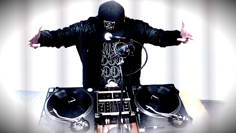 DJ Juan Havana håller i DJ-showen den sista fredagen varje månad. Foto: Stephanie Londéz/SR