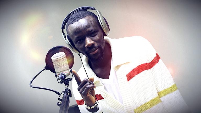 Deejay Easyboy från Thunda Clash Sound står för musiken i kvällens DJ-show. Foto: Stephanie Londez/SR