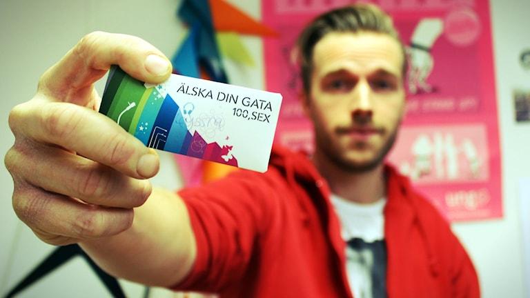 Dennis Nielsen från ungdomsmottagningen är i studion och informerar om hiv! Foto: Gustaf Widegård/SR