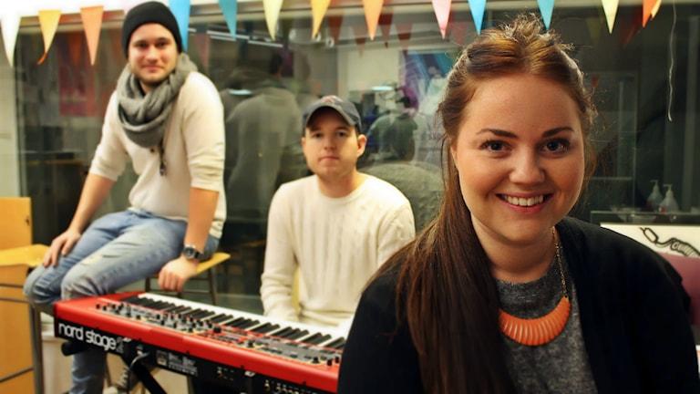 Johan Danving, Oskar Ottosson och Johanna Jingnert i studion. Foto: Juan Havana/SR