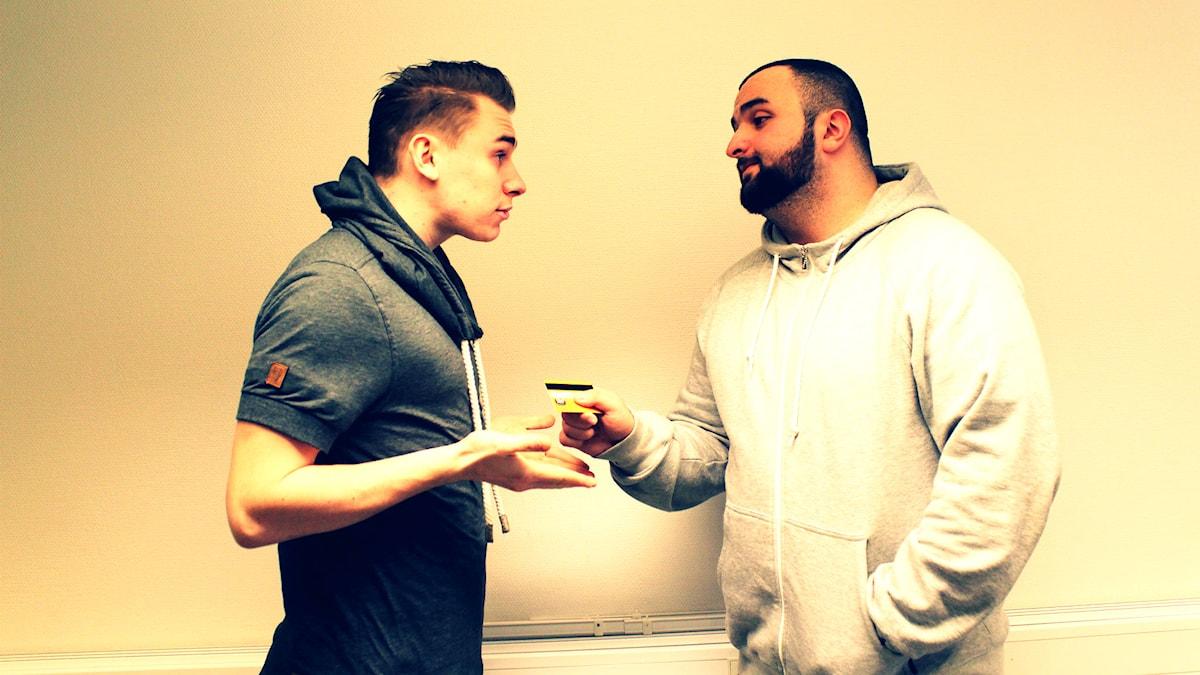 Hamza lånar Ian pengar! Foto/SR: Suzan Arslan