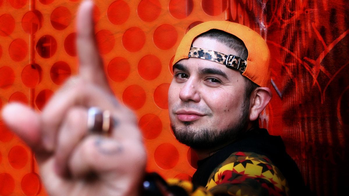 "DJ Juan Havana i profil, pekar ""number one"" med handen. Foto: Stephanie Londéz/SR"