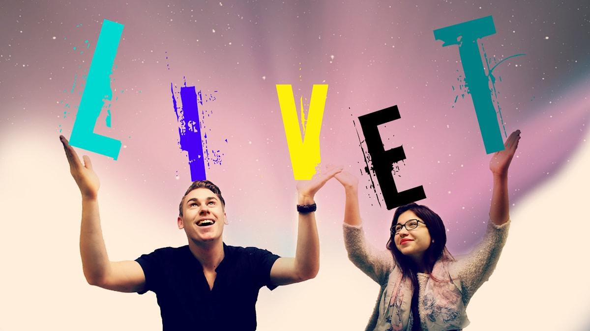"""Ian och Mona håller upp bokstäver som bildar ordet """"LIVET"""". Foto: Stephanie Londéz/SR"""