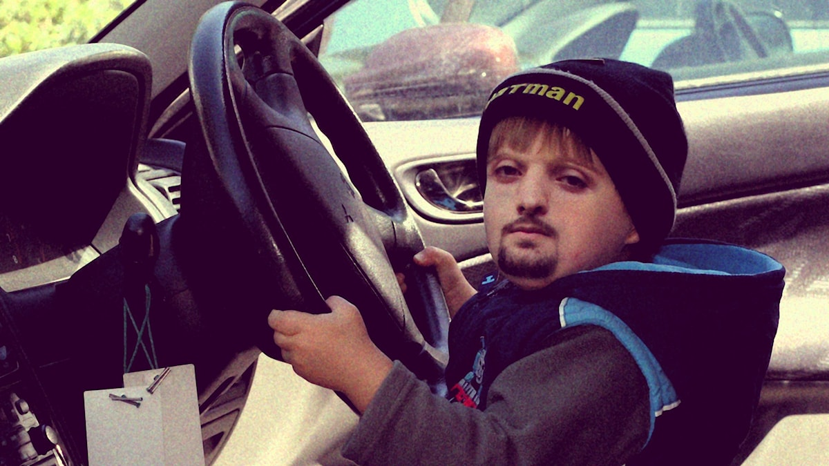 Hamza började att köra bil tidigt men har ännu inte fixat körkortet. Foto: Flickr/Leonid Mamchenkov/CC BY 2.0/SR