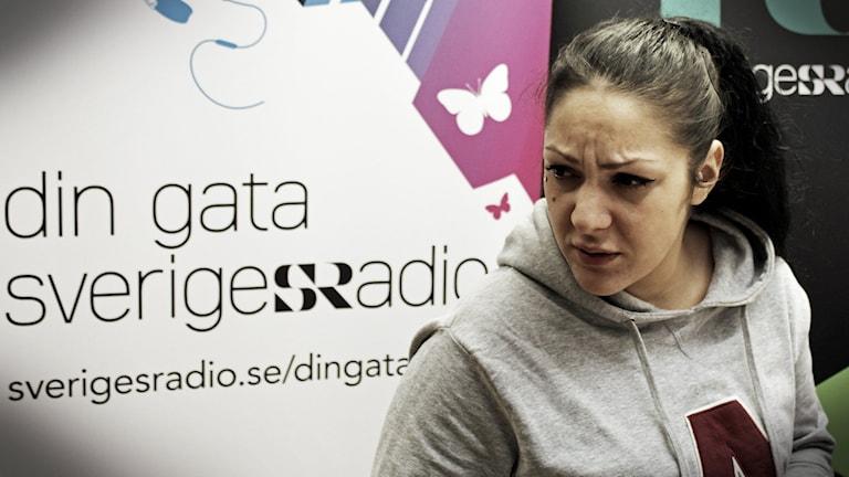Sara Mettou kom ner från Norrköping för att kicka den i vår studio. Foto: Suzan Arslan/SR