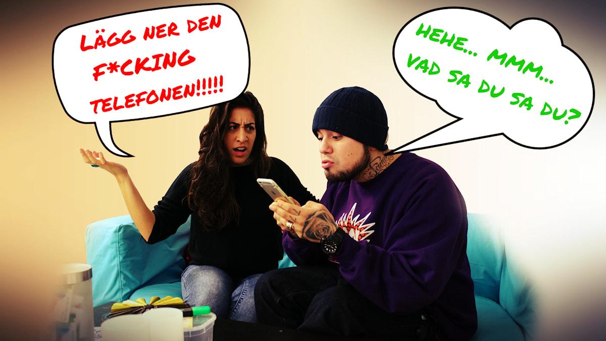 """Suzi och Juan sitter i en soffa. Suzi säger i en pratbubbla """"Lägg ner din f*cking telefon"""" till Juan. Juan svarar """"Hehe... mmm... vad sa du sa du?"""". Foto: Gustaf Widegård/SR"""