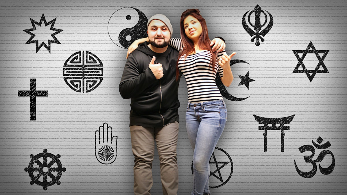 Hamza och Mona står lutade mot en vägg prydd av diverse olika religiösa symboler. Både programledarna gör tummen upp. Foto: Wikipedia/Gustaf WIdegård/SR