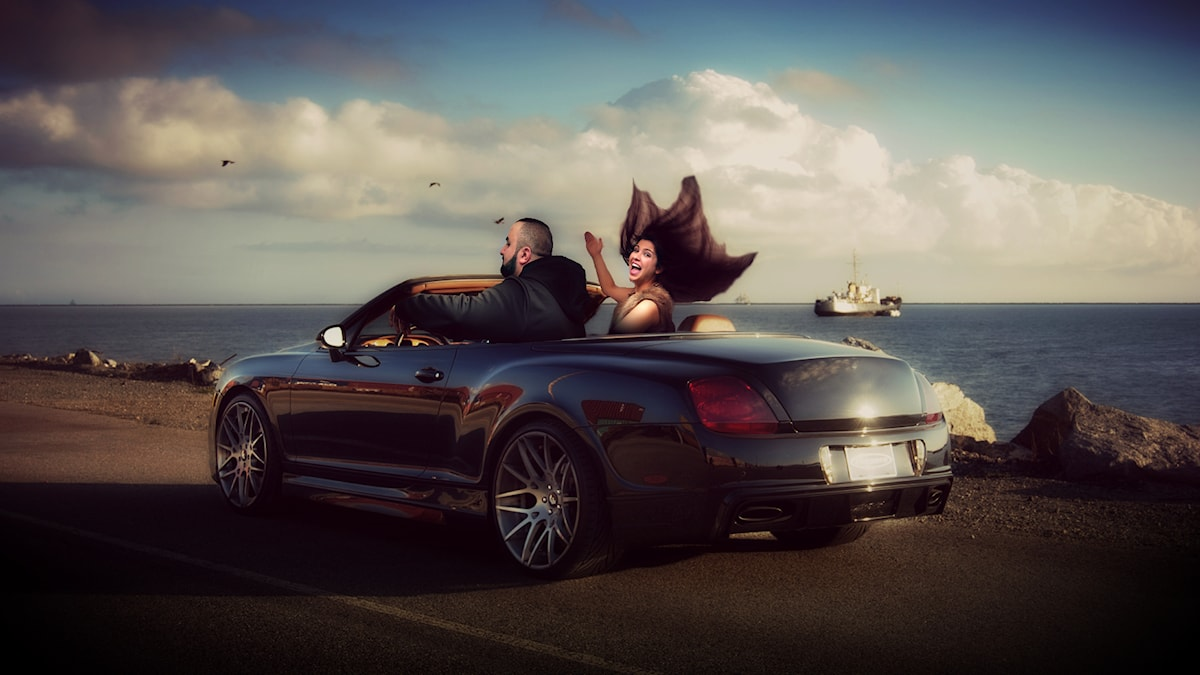 Hamza och Mona cruisar genom stan i sin bil. Foto: SR och Ray T/Flickr/CC BY 2.0