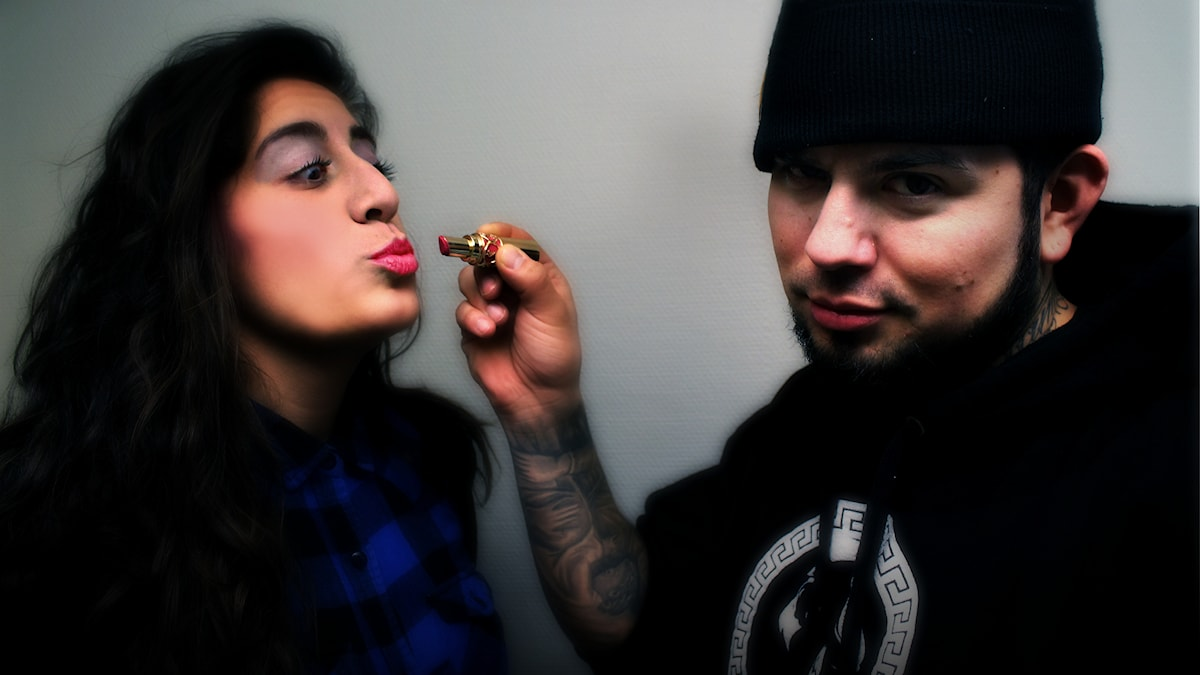 Juan hjälper Suzi med sminket. Foto: Stephanie Londéz/SR