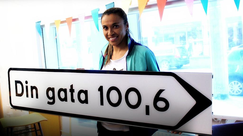 Marta Vieira da Silva besöker Din Gatas studio. Foto: Stephanie Londéz/SR