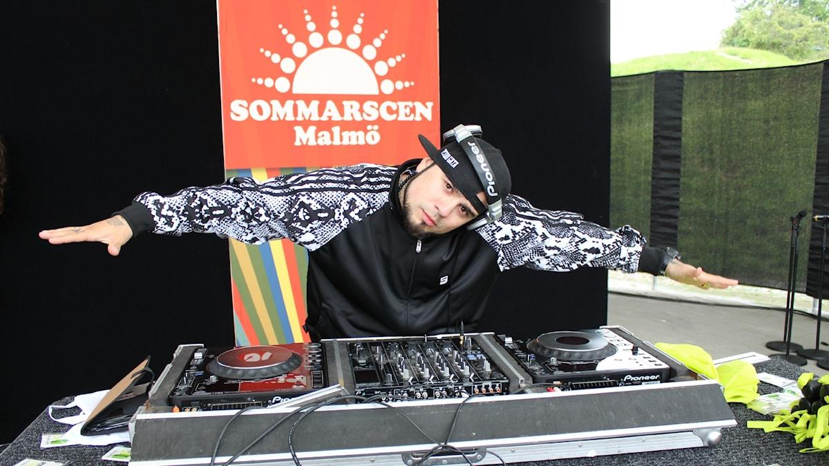 DJ Juan Havana håller i DJ-showen sista fredagen varje månad. Foto: Emma Leyman/SR