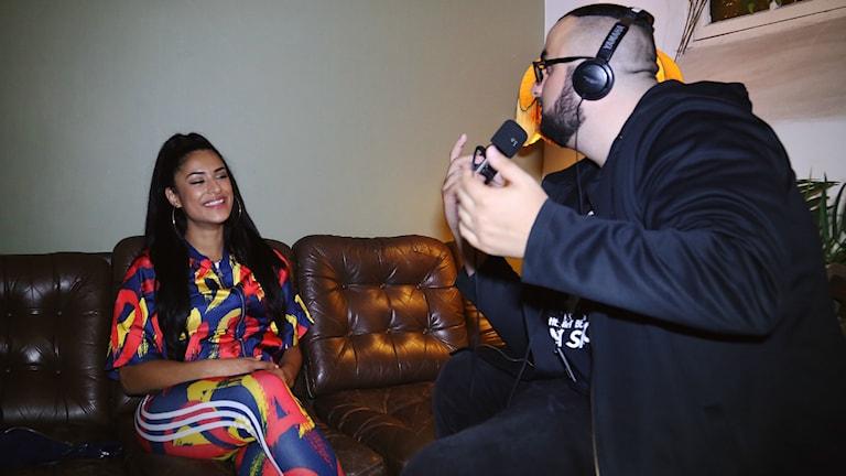 Bild på Linda Pira och Hamza i intervjusituation. Foto:  Peter Lopez