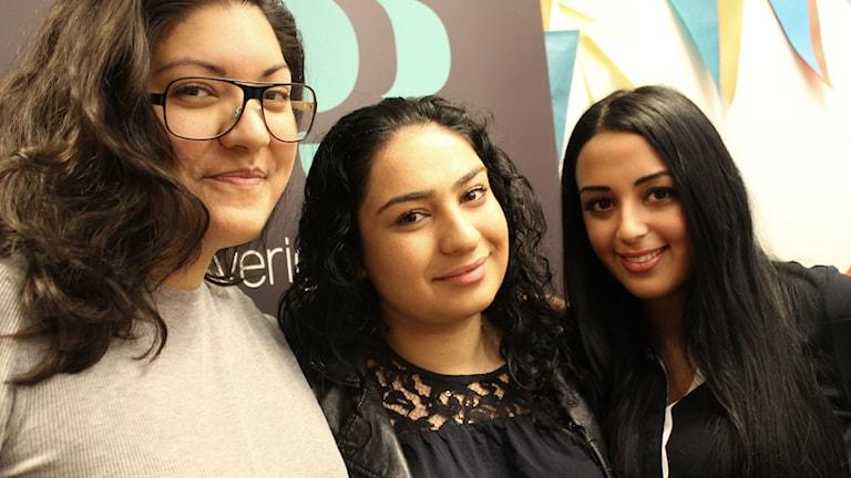 Bild på Natalie Jakupovic, Suzan Hatampour och Sara Khoshbinfrån ungdomsorganisationen Peaceworks. Foto: Juan Havana/SR