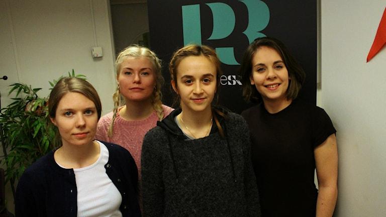 Bild på Nina, Ebba, Hanna och Arina från scenkonstkollektivet Hålet, i P3 Din Gatas studio. Foto: Emma Leyman/SR