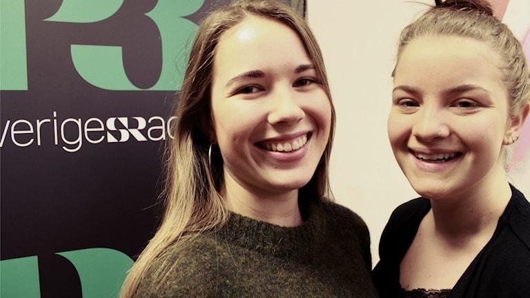 Sofie Friholm och Embla Martinsdotter i studion. Foto: