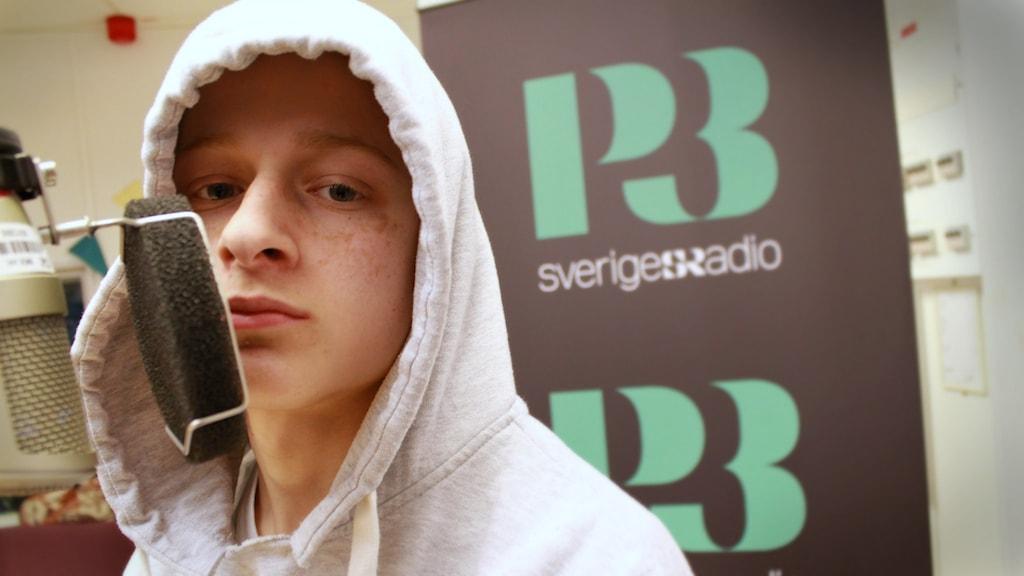 Bild på Dagens artist, 16-åriga Zenar. I P3 Din Gatas studio