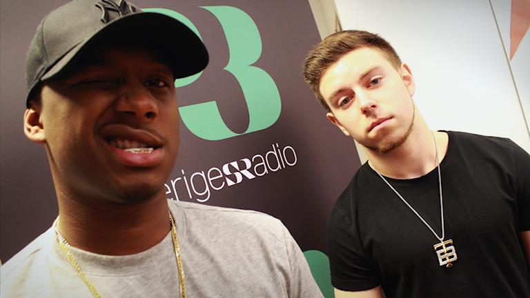 DJ Amazin och Timmy Brabston i P3 Din gatas studio. Tittar in i kameran.