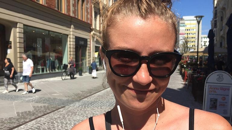 Johanna Svanäng har hörlurar i öronen.