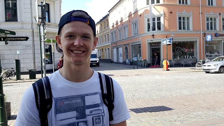 Jakob Jönsson står på en gata i Malmö och tittar in i kameran.