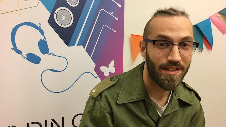 Dagens artist Jeton spottar rader i studion
