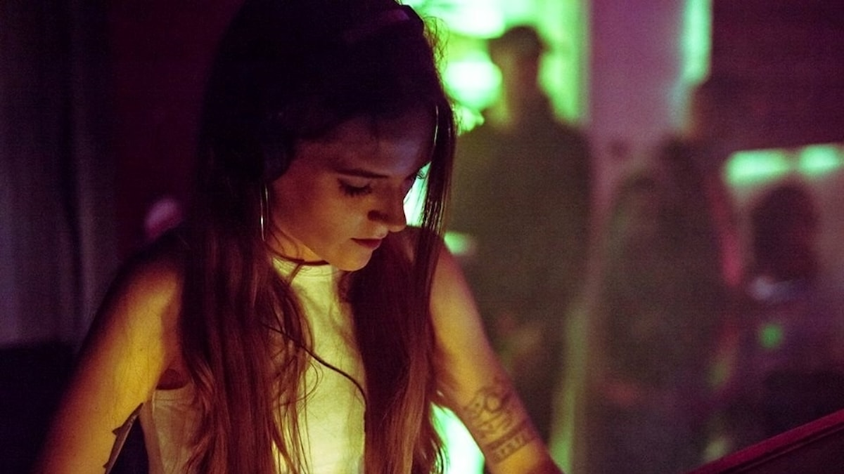 DJ K Delly mixar låtar