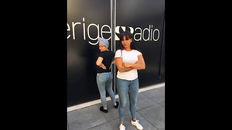 Luxander och JËLLY framför Sveriges radio vägg