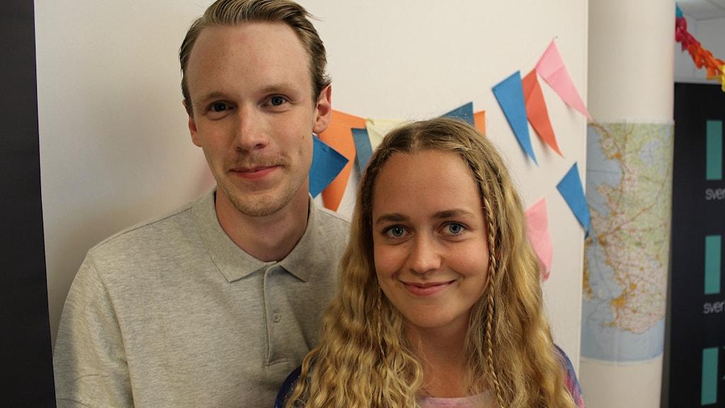 Bild på Axel Leppänen och Viola Nilsson i studion.