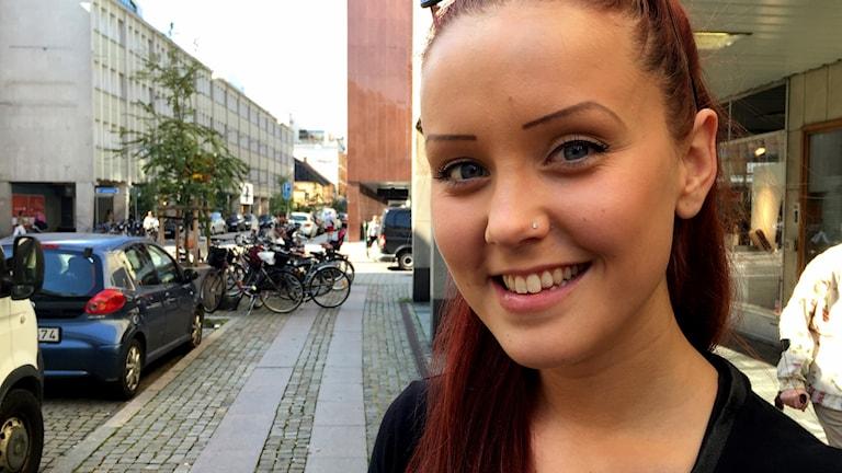 Josefin Jensen tittar in i kameran och ler.