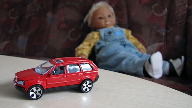 Leksaksbil och docka. Foto: Eleonor Svensson/SR Gotland