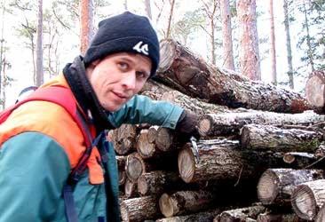 Måns Persson som inventerar och försöker hitta almsjuke smittade träd på Gotland. Foto: Lasse Ahnell/SR Gotland