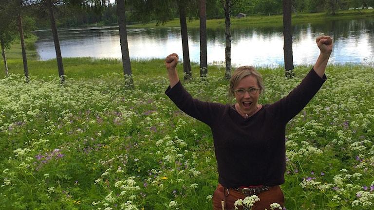 Kesäkuva Åsa Larssonistä Torniojoen ääressä