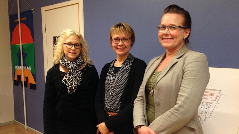 För- och grundskolechef Monika Invall, Sara Sjöblom Björnfot speciallärare i språk och Tuija Larsson rekor på Gränsskolan i Haparanda. Kuva: Ida Brännström / Sveriges Radio.
