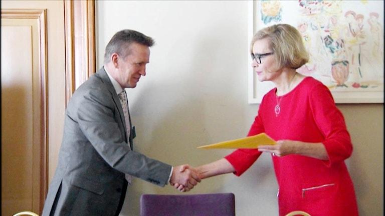 Kyyjärven kunnanjohtaja Eero Ylitalo luovutti viime syksynä vetoomuksen vastaanottokeskuksen säilyttämisen puolesta sisäministeri Paula Risikolle.
