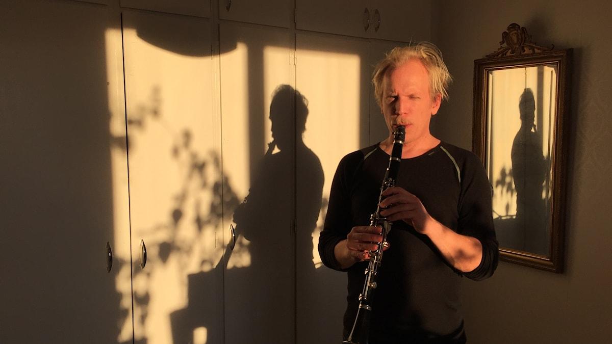 Nikolai Äystö Lindholm soittaa klarinettiä