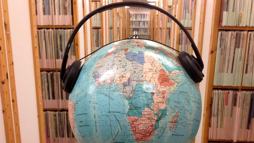 Jordglob med hörlurar. Foto: Sveriges Radio.