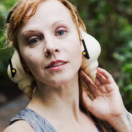 Esmeralda Moberg, folksångerska, programledare och en av jingelrösterna i P2 Världen - Foto Mattias Alm, SR