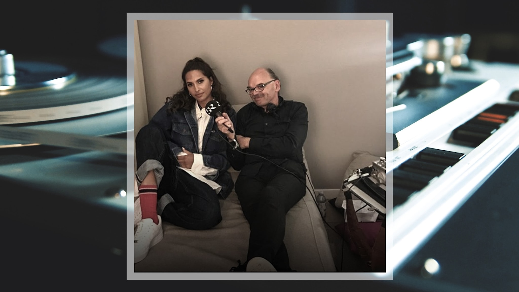 Bild på Snoh Aalegra och Mats Nileskär under intervjun