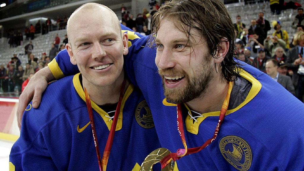 2010-11-10 Mats Sundin och Peter Forsberg efter OS-guldet 2006. Foto: Pontus Lundahl/Scanpix