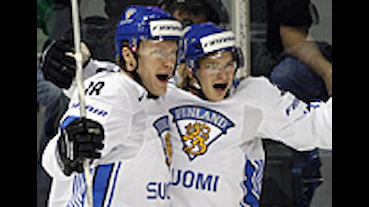 Finlands 1-0-målskytt Antti Pihlstrom jublar tillsammans med Hannes Hyvönen i bronsmatchen mot Sverige i VM i Kanada. Lördag 17 maj, 2008. (AP Photo/The Canadian Press, Ryan Remiorz)