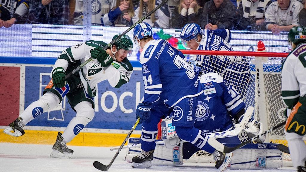 LEKSAND 2016-10-30   Färjestads John Persson nr 27 gör 2-1 under söndagens SHL-match mellan Leksand och Färjestad i Tegera Arena .  Foto Ulf Palm / TT