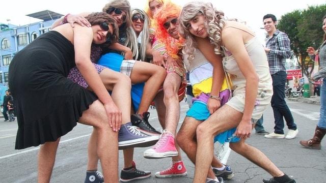 Några av dom män som klär sig i kvinnokläder under nyårsfirandet i Ecuador.