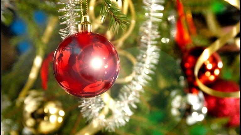 Julgran med kulor och glitter
