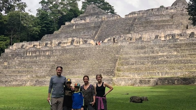 Familjen Svemark framför Caracol, en Maya-by som en gång i tiden hade 200 000 invånare.
