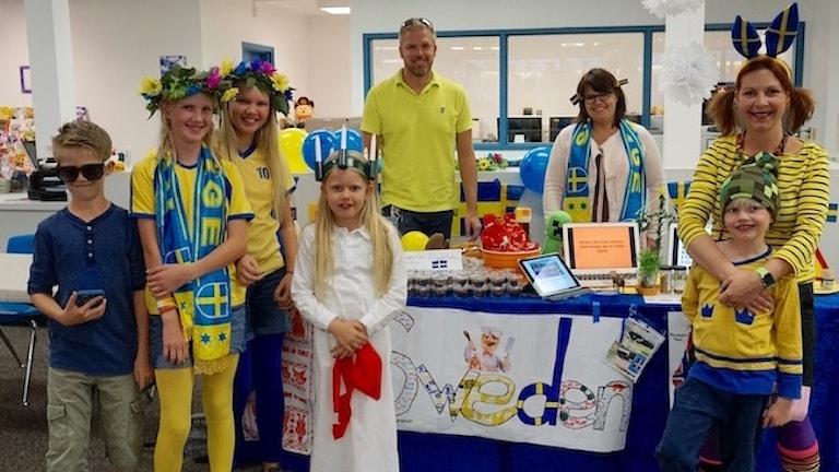 Familerna Svemark och Roos i svenska färger på en skola i USA.