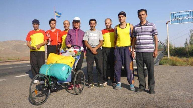 Kristina Paltén har börjat springa, här tillsammans med några av de som följer hennes äventyr på plats i Iran.