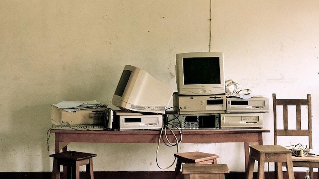 Datorer på bord. Foto: Privat.