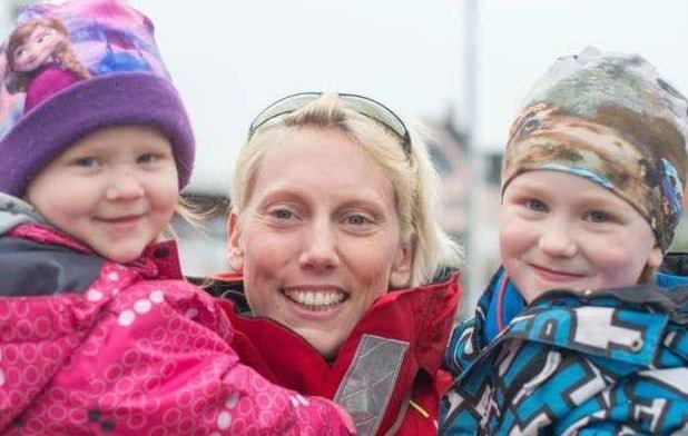 Emma Vånemo har för första gången lyssnat på sin familj och valt att avbryta sitt försök att ta sig till Alaska med roddbåt. Här är hon med sina två brorsbarn. Foto: Privat