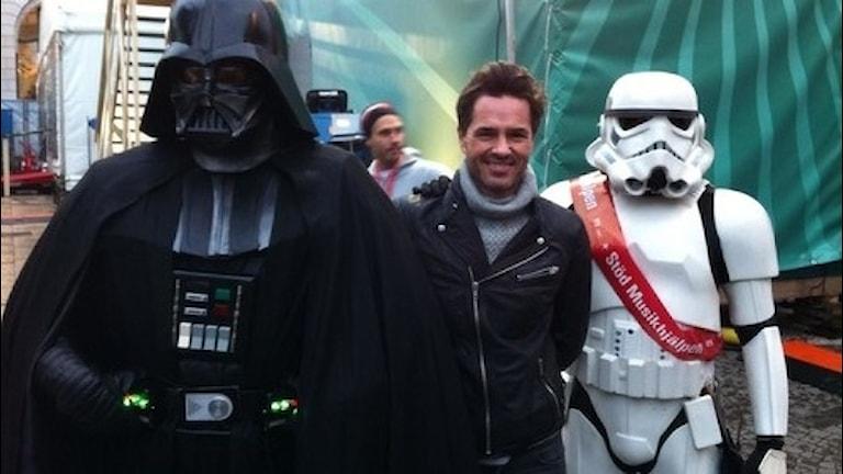 Peter Jöback tillsammans med Darth vader och en Stormtrooper!