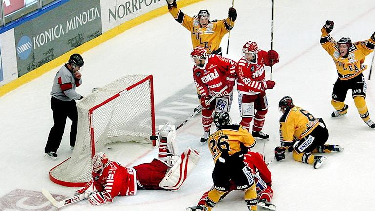 Luleå hockey gör mål.