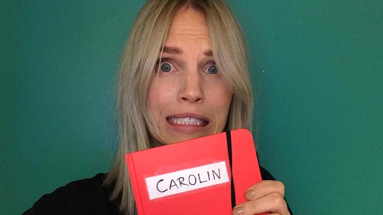 Carolin Björnerhag med sin dagbok.